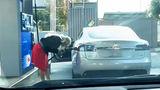 Девушка попыталась заправить электрокар Tesla обычным бензином