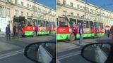 Троллейбус запутался в проводах в центре столицы
