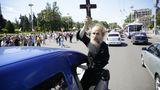 Батюшка с крестом в руках призывал протестующих быть с Россией