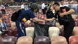 Китайские фанаты помогли убрать стадион после финала ЧМ-2018