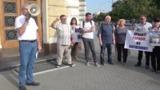 Протестующие перед зданием примэрии требовали отставки Грозаву и Кодряну