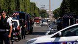 На Елисейских Полях в Париже автомобиль въехал в машину полиции