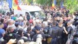 Три полицейских получили ранения в результате стычек у здания Moldova 1