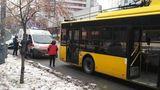 В Киеве в результате ДТП пассажир троллейбуса разбил головой стекло