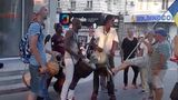 Агрессивные сторонники Нэстасе напали на уличных музыкантов