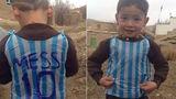 Месси встретился с мальчиком, сделавшим его футболку из пакета