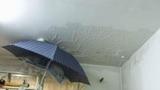 Квартиры в доме со сгоревшей мансардой разрушаются дождем