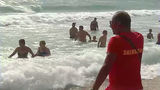 Спасателям в Румынии снова приходится вытаскивать из воды отдыхающих