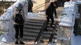 Жители Чекан с трудом добираются до почтового отделения из-за гололеда
