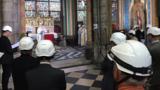 Священники в касках: первая месса прошла в Нотр-Даме после пожара