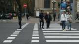 Полицейские часто останавливают машины, чтобы помочь пешеходам