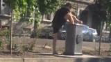 В Кишинёве молодой человек помыл ноги в фонтанчике для питья