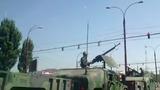 Mașini blindate și persoane înarmate, filmate pe străzile Capitalei