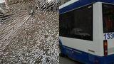 Неизвестные разбили окно троллейбуса, в котором находились пассажиры