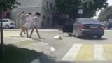 Девушки устроили на дороге бойцовский клуб и попали на видео