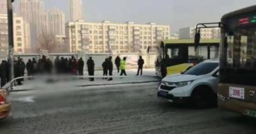 Столб, сбитый автобусом, убил мужчину на остановке.