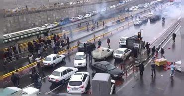 В Иране прошли протесты из-за подорожания бензина.