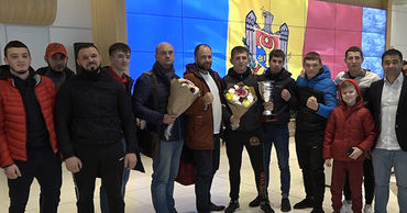 В Кишиневском международном аэропорту атлета встретили аплодисментами.