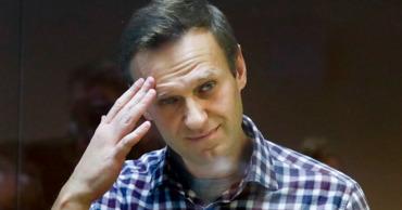 Навальный рассказал о «подкинутых конфетах» и жареной курице в колонии.