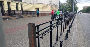 В центре Кишинева появились новые автомобильные ограждения.