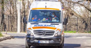 Сотрудники бельцкой «скорой» вынуждены ходить в одной защитной маске 24 часа.