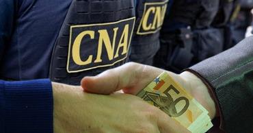 """Житель Кагула запросил 800 евро за """"помощь"""" с погранполицией и таможней. Коллаж Point.md."""