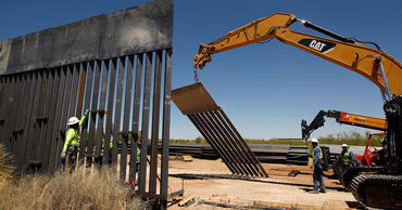Пентагон прекратил финансировать строительство стены с Мексикой.