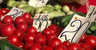 В разгар сезона цены на овощи и фрукты очень высокие.