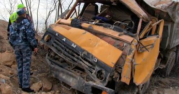 В Рыбнице возле карьера перевернулся грузовик.