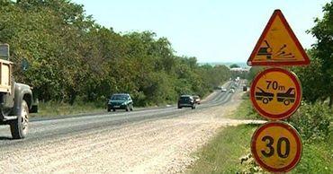 Водители жалуются на метод ремонта дорог в Криулянском районе.