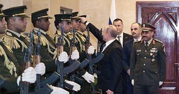 Путин поднял фуражку офицера караула в Палестине, очаровав арабов.