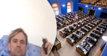 Эстонский депутат закурил в постели во время онлайн-заседания парламента