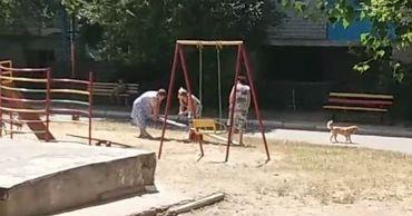 Трем женщинам из Рыбницы, повредившим качели, грозят штрафы.