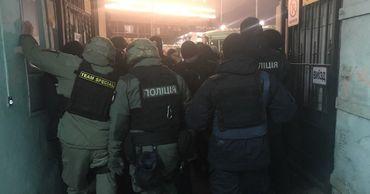 Под домом подозреваемого в убийстве Шеремета националисты вступают в стычки с полицией.