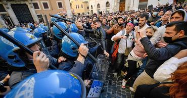 В Риме протесты против COVID-ограничений закончились столкновениями с полицией.