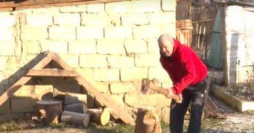 Пенсионеры весь год откладывают деньги на дрова для печей.
