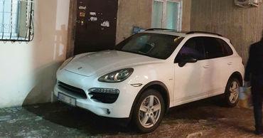 На Ботанике припарковавшийся Porsche заблокировал вход в подъезд.