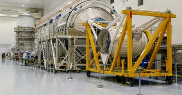 НАСА установило последний двигатель на ракете для полетов на Луну.