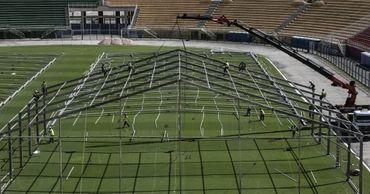 Стадионы Бразилии превращают в полевые госпитали.