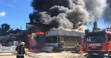 Сильный пожар в Бельцах: огонь уничтожил значительную часть склада.