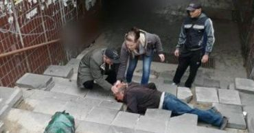 В столице мужчина, спускаясь в подземный переход, разбил себе голову.