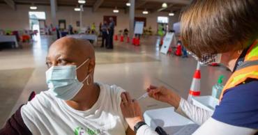 В США половина взрослого населения получила первую прививку от COVID-19.