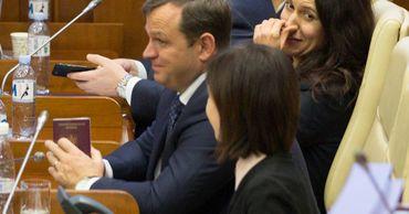 "Нэстасе ""засветил"" в парламенте румынский паспорт."