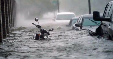 Затопленными оказались улицы и дома, сотни людей эвакуированы.