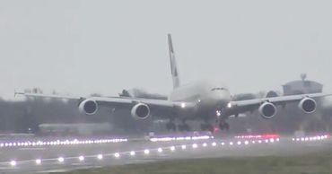 Посадка самолета в Лондоне во время шторма попала на видео.