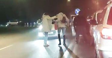 В столице произошел конфликт между двумя девушками и таксистом.