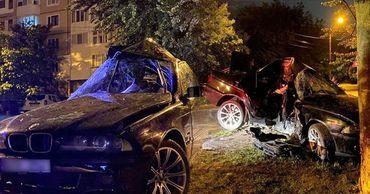 В результате ДТП BMW разорвало на две части.