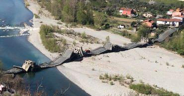 Автомобильный мост обрушился в Тоскане.