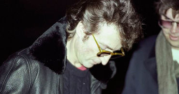 Редкие снимки Джона Леннона со своим убийцей показали в Сети.
