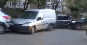 Несколько автомобилей пострадали в результате аварии на Рышкановке